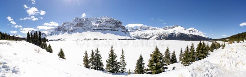 高山山全景在冻湖的 库存照片