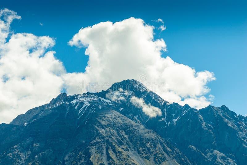 高山峰顶和云彩,一个美好的山风景在一好日子 r 库存照片