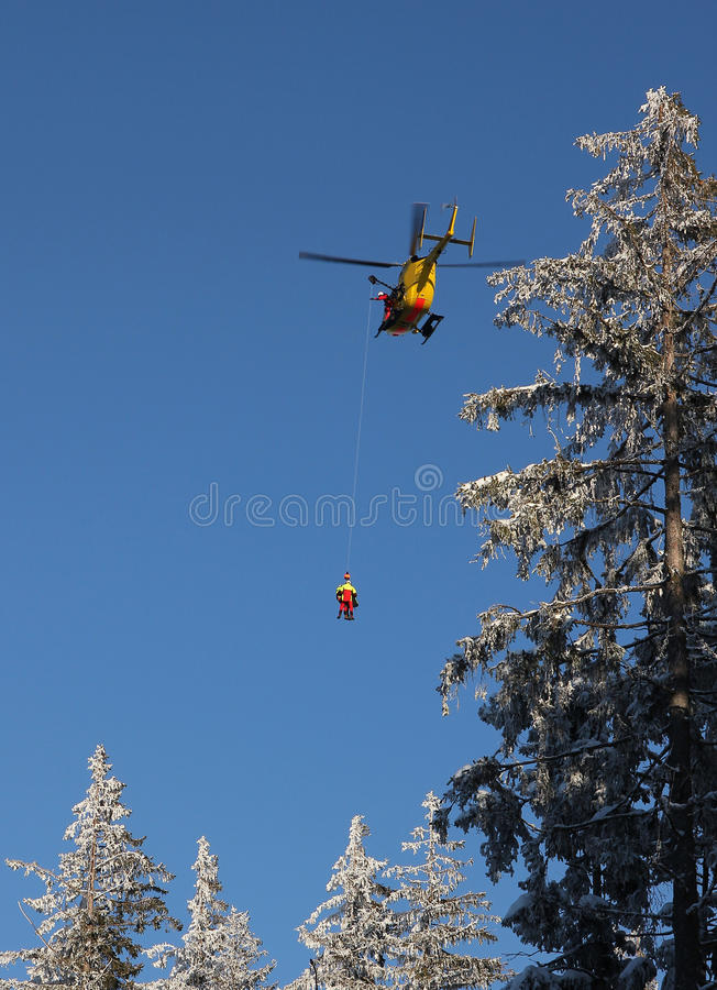 高山抢救直升机飞行  库存图片