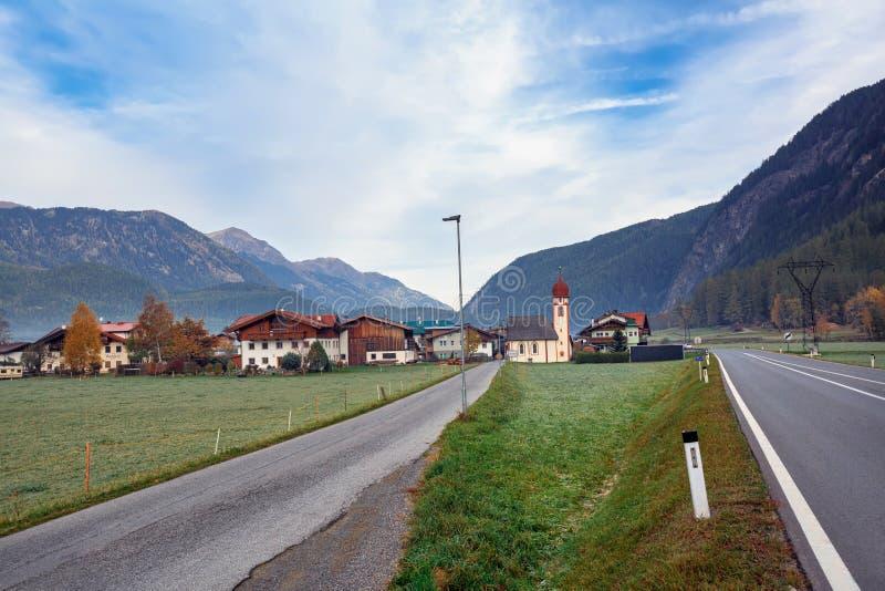 高山村庄在一多云秋天天 多尔夫,Laengenfeld,蒂罗尔,奥地利的自治市 图库摄影