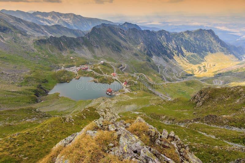 高山湖和弯曲的路在山, Transfagarasan, Fagaras山,喀尔巴汗,罗马尼亚 图库摄影