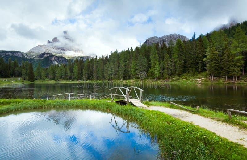 高山湖夏天视图 库存图片