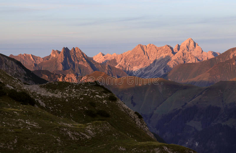 从高山的巨大看法到许多其他峰顶 日落 免版税库存图片