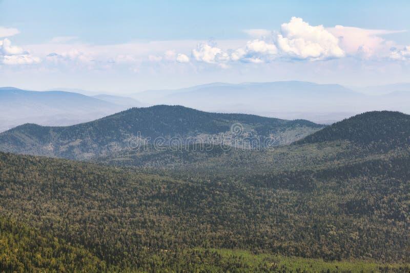 从高山的风景看法,夏天风景 免版税库存图片