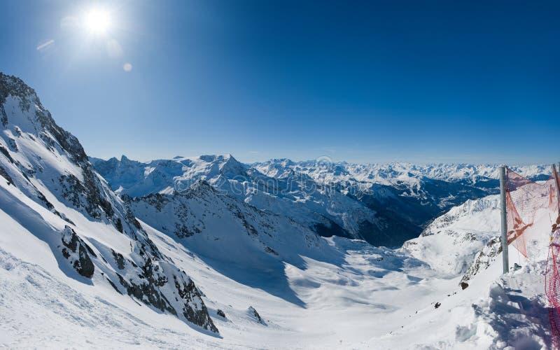 高山谷视图宽冬天 免版税库存照片