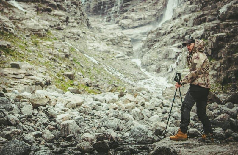 高山足迹的远足者 免版税库存图片