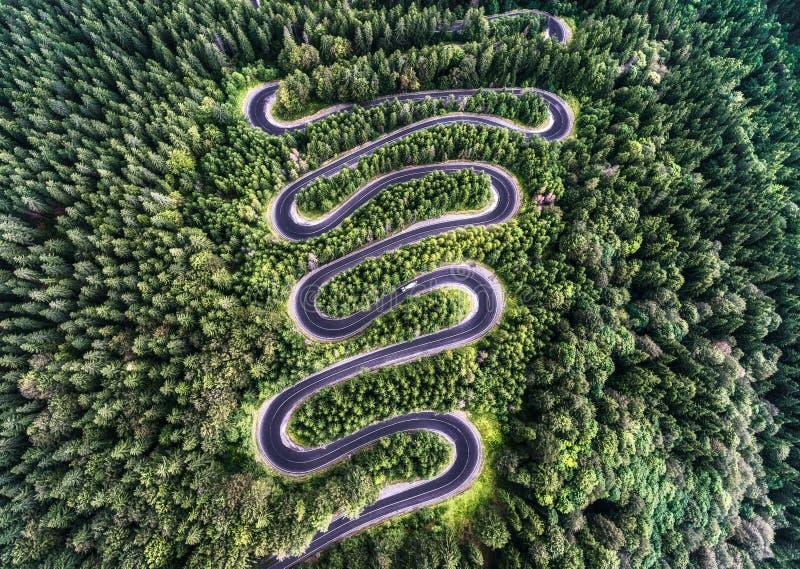 从高山通行证的弯曲的路在Transfagarasan,罗马尼亚 免版税库存照片