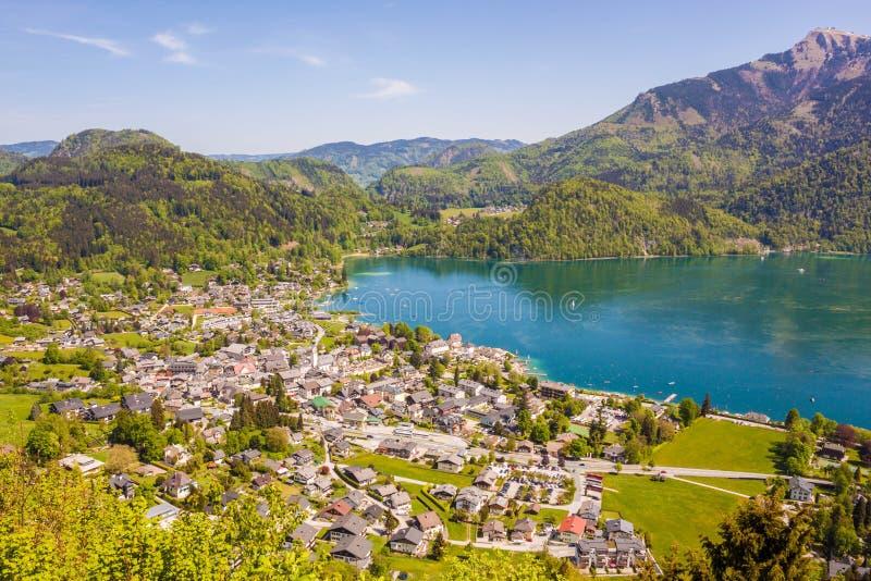 高山镇圣Gilgen在一美好的好日子,奥地利高看法在Wolfgangsee湖的 库存照片