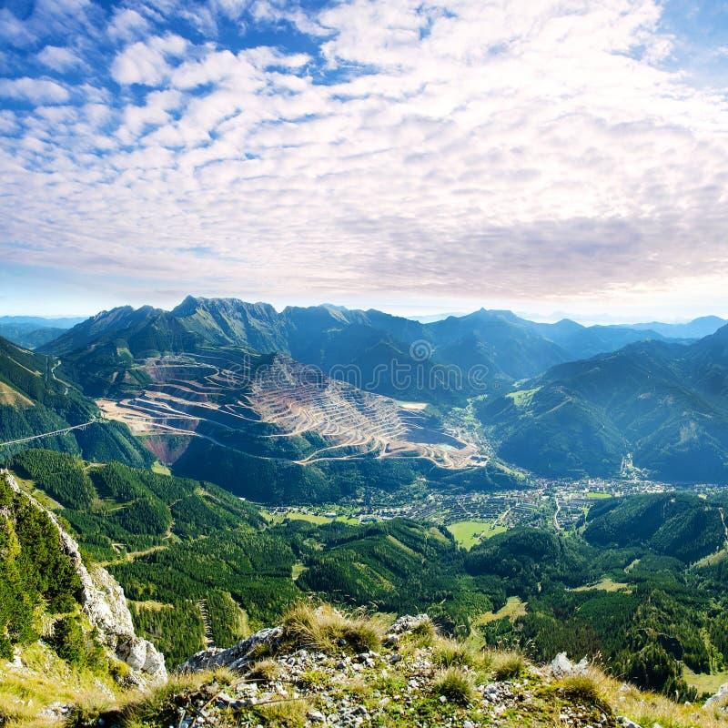 高山风景与高山和剧烈的云彩的 免版税库存照片