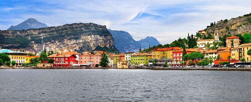 高山风景-美丽的湖Lago di加尔达和村庄Torbol 免版税库存图片