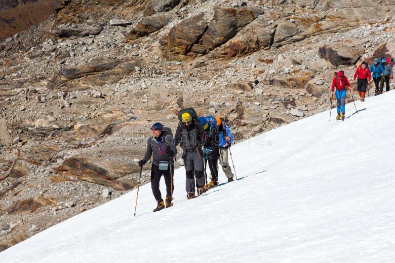 高山登山人合作在高山的上升的冰川 库存图片