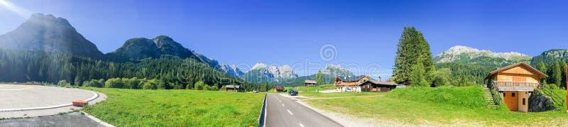 高山围拢的小屋,意大利阿尔卑斯 库存图片