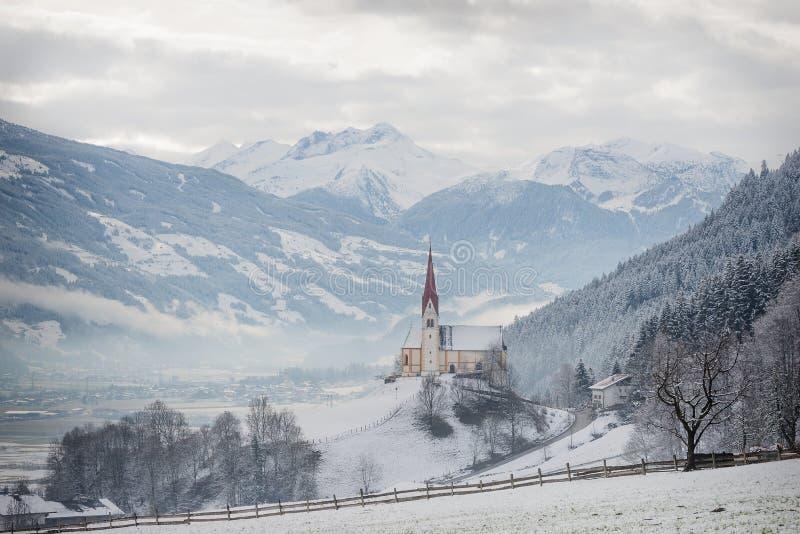 高山Zillertal谷的教会在冬天 免版税库存图片