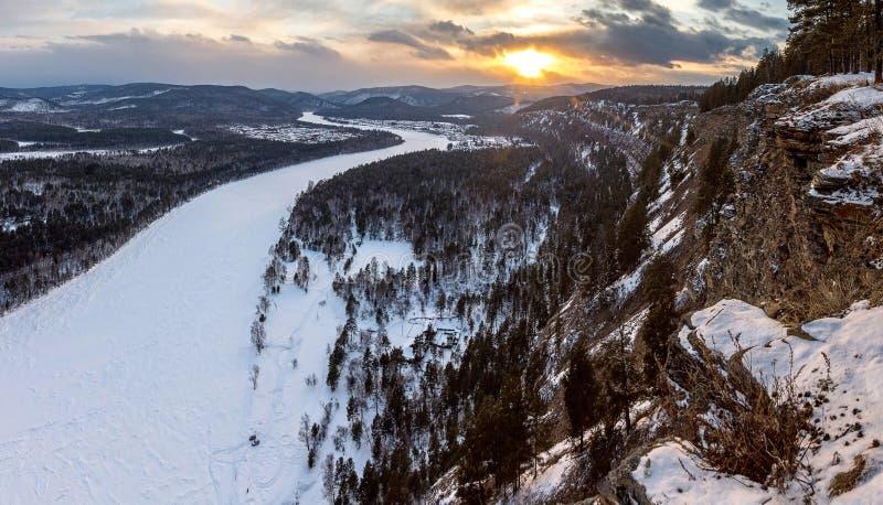从高峭壁的看法到河Irkut里 库存照片