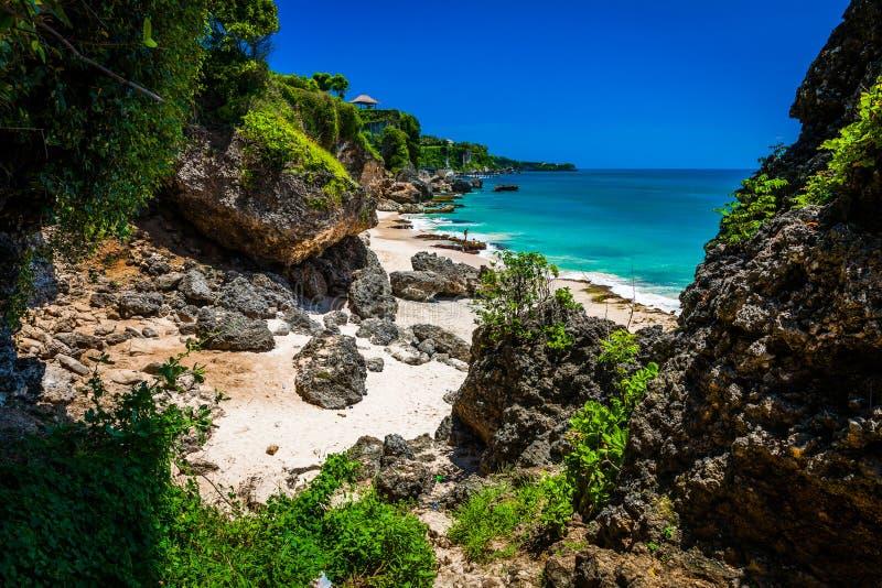 高峭壁风景风景在热带海滩巴厘岛的 免版税库存图片
