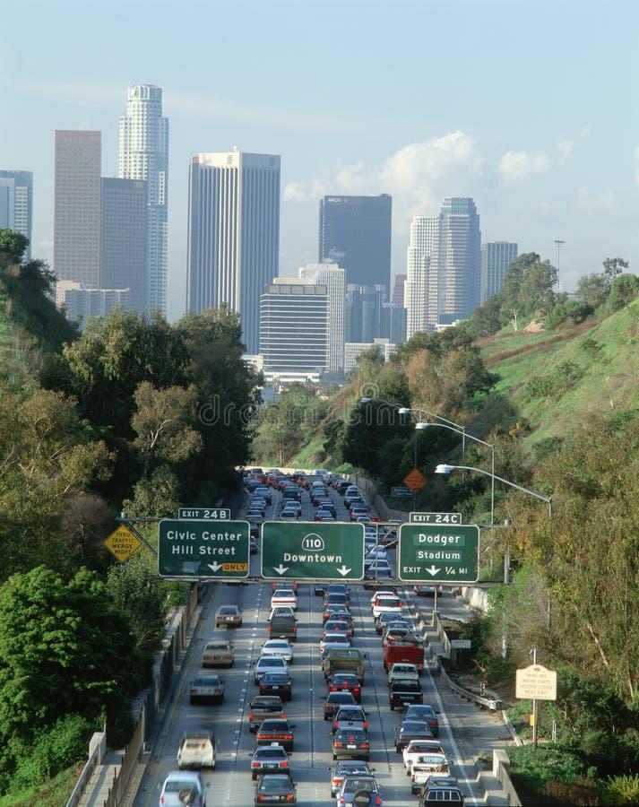高峰时间业务量,洛杉矶,加州w/skyline 免版税库存照片