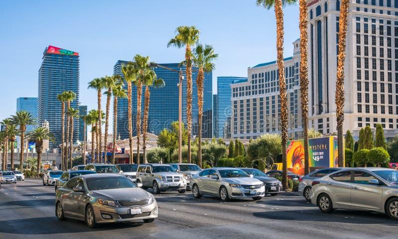 高峰时间在拉斯维加斯 昂贵的汽车和豪华旅馆 库存照片