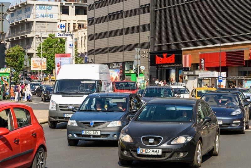 高峰时间交通在联合广场Piata Unirii在布加勒斯特 库存图片
