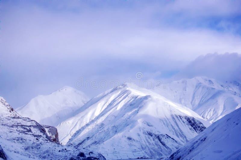 高峰Kazbegi的冬天积雪的山区域在高加索山脉的 免版税库存图片