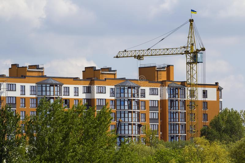 高工业塔吊剪影都市看法在g上的 库存图片