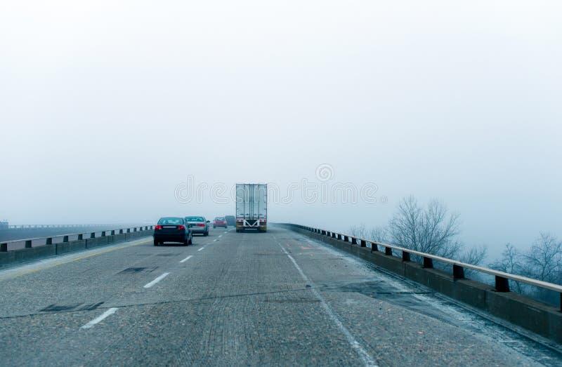 高度有雾的高速公路安全市分半交换拖车汽车汽车博士 免版税库存照片