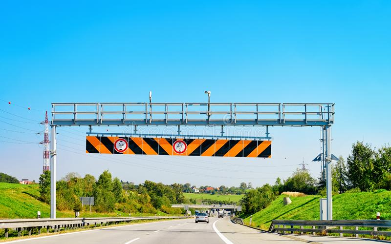 高度极限在斯洛文尼亚路标高速公路 免版税库存照片