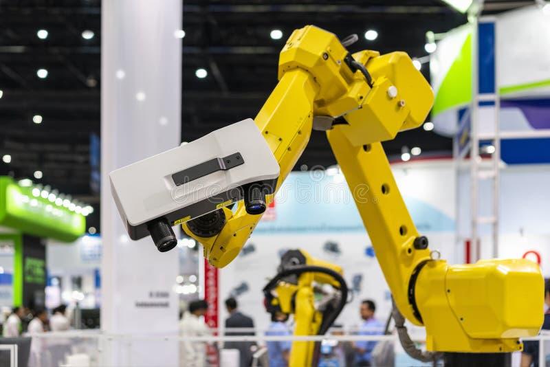 高技术和现代自动3d激光扫描顶头透镜单位测量或反向工程的安装在机器人胳膊为 库存照片