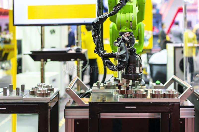 高技术&精确度与照相机的机器人检查的夹子和自动钳位或者牛颈肉查出排序和捉住金属齿轮 免版税图库摄影