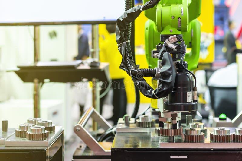 高技术&精确度与照相机的机器人检查的夹子和自动钳位或者牛颈肉查出排序和捉住金属齿轮 库存照片