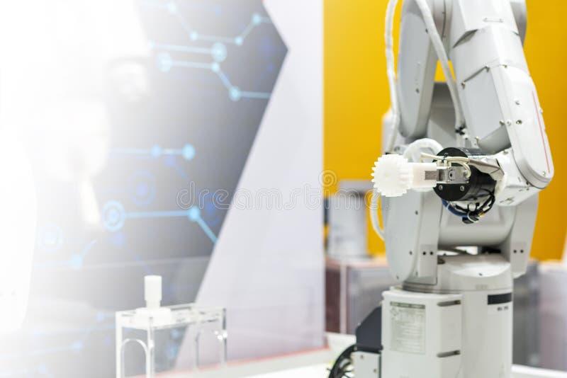 高技术&精确度与自动钳位的机器人抓住工业汽车零件的夹子或牛颈肉这样金属或塑料 库存图片