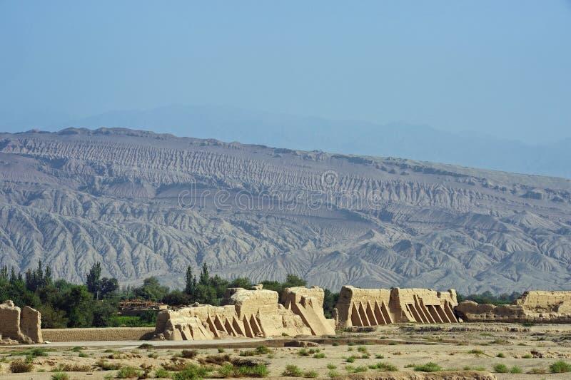 高昌废墟有山的在背景中 免版税库存图片