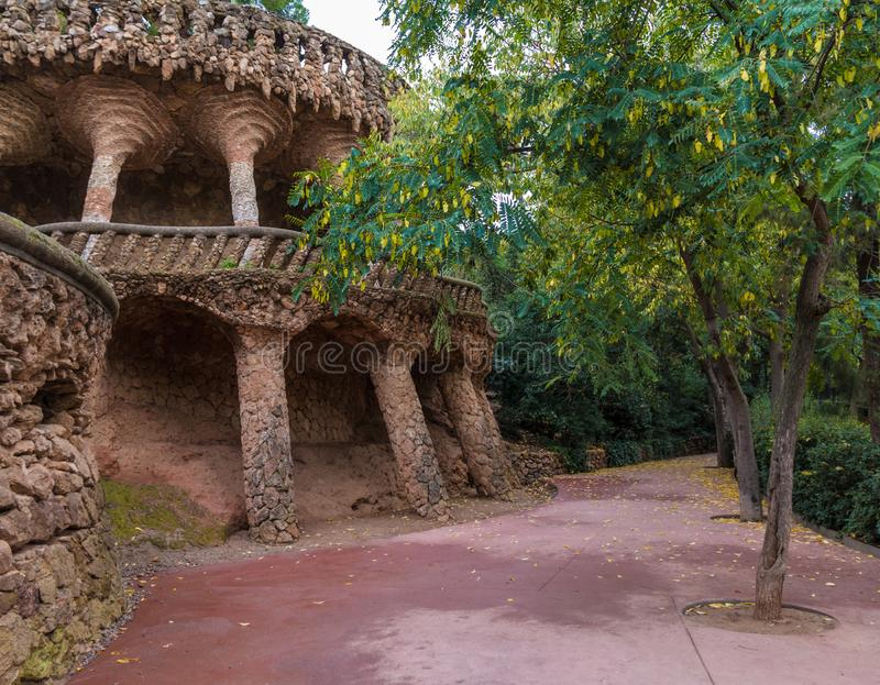 高架桥和小径在公园Guell,巴塞罗那,西班牙 免版税图库摄影