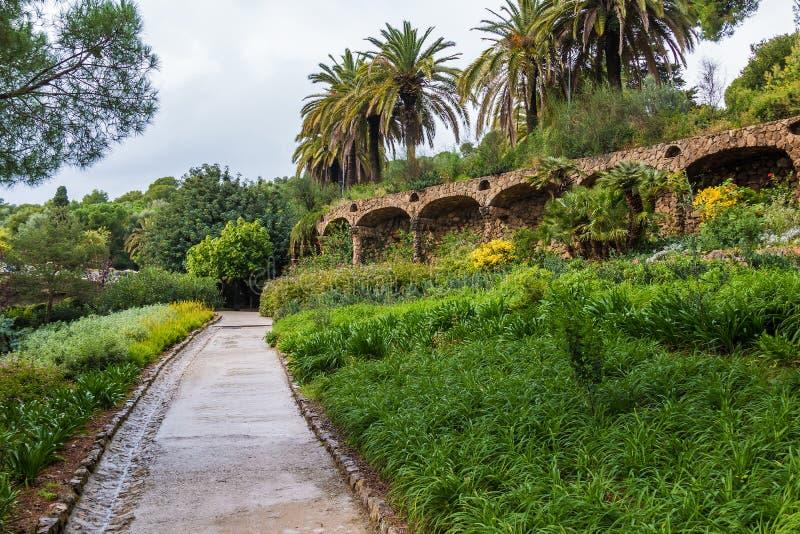 高架桥和小径在公园Guell,巴塞罗那,西班牙 免版税库存图片
