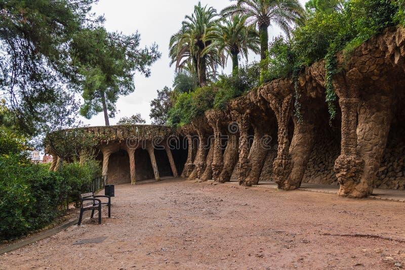 高架桥和路在公园Guell,巴塞罗那,西班牙 免版税库存照片