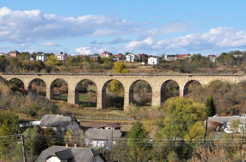 高架桥是乌克兰Terebovlya附近Plebanivka村一座9拱的铁路桥 免版税库存图片
