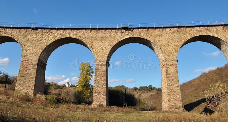 高架桥是乌克兰Terebovlya附近Plebanivka村一座9拱的铁路桥 免版税库存照片