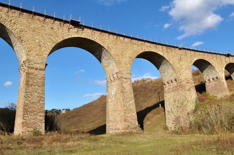 高架桥是乌克兰Terebovlya附近Plebanivka村一座9拱的铁路桥 免版税图库摄影