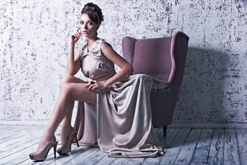 高档时尚射击了华美的丝绸dres的年轻美丽的妇女 库存照片
