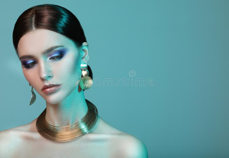 高档时尚摆在演播室的五颜六色的明亮的光的模型妇女 库存图片