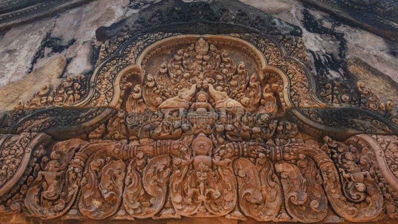 高棉建筑学雕刻了在女王宫寺庙的红色石头 女王宫是其中一个最普遍的古庙在暹粒市, 免版税库存照片