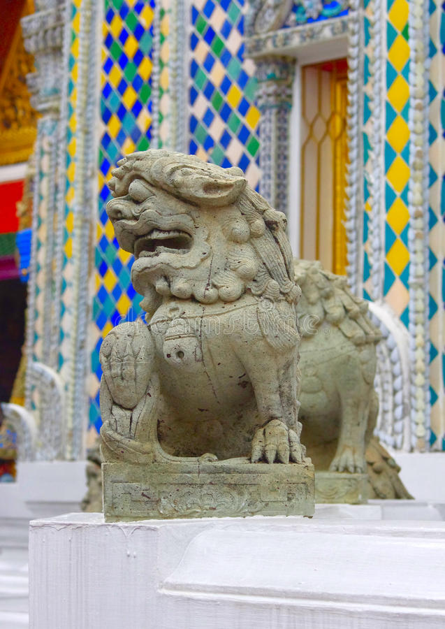高棉被称呼的石狮子 鲜绿色菩萨或曼谷玉佛寺,盛大宫殿,曼谷的寺庙 免版税库存图片