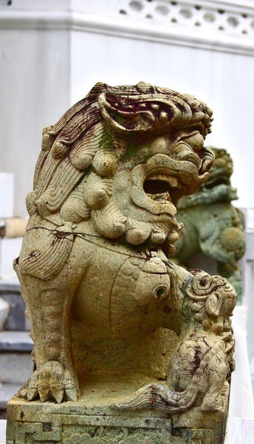 高棉被称呼的石狮子 鲜绿色菩萨或曼谷玉佛寺,盛大宫殿,曼谷的寺庙 库存图片