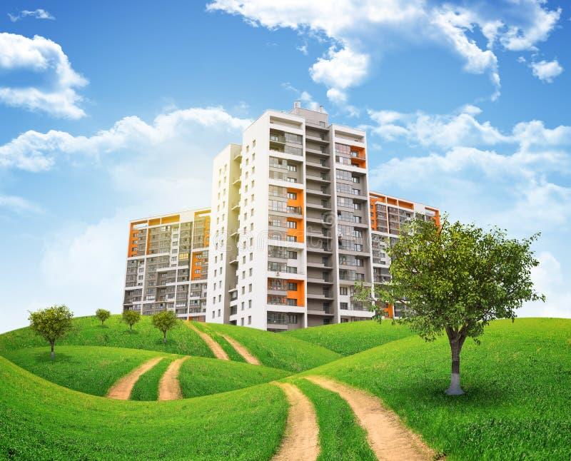高楼、青山和路反对天空 免版税图库摄影