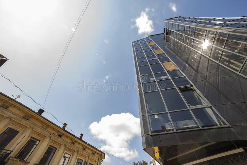 高楼底视图与玻璃墙的在忽略对面 库存图片