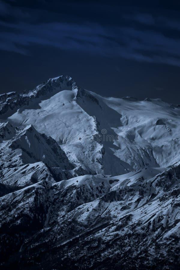 高横向被月光照亮山晚上 免版税库存图片