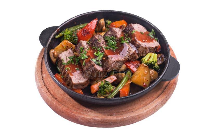 高热金属平底锅用烤牛肉和菜 图库摄影