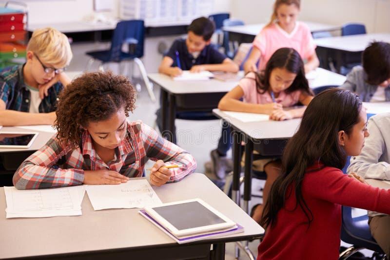 高的观点的老师和孩子在小学分类 免版税库存照片