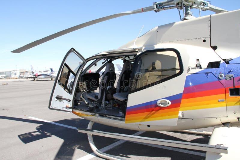 高科技碳 企业家和冒险的单引擎的轻的直升机 免版税库存照片