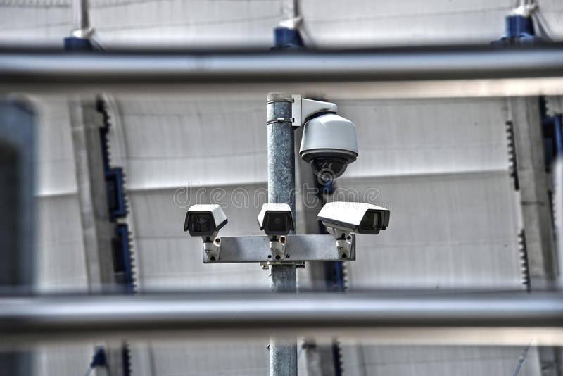 高科技顶上的安全监控相机系统在被守卫的区域 免版税库存图片