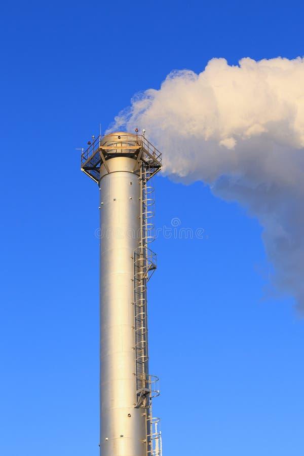 高管工业锅炉和白色烟 免版税图库摄影